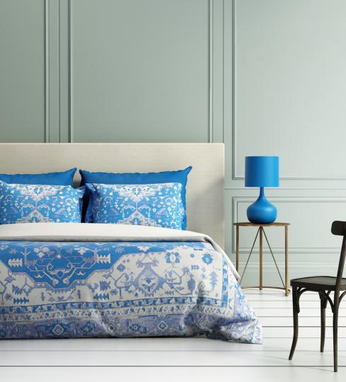 <p><strong>В интериора</strong></p>  <p>Класическото синьо тази година ще присъства значително в основните мебели, които ни заобикалят. Добро решение в центъра на спалнята например е красиво тапицирано легло, а във всекидневната фокусът може да бъде кресло или диван. Ако не сте така смели, бихте могли са изберете и само аксесоари в този разкошен цвят - възглавнички, кутии за съхранение, настолни лампи или масички за кафе. За по-дръзките добро предложение е цяла стена в дома, боядисана в класическо синьо като акцент. Бихте могли да съчетаете с дървени елементи и бяло, а защо не и с меки горчичени нюанси по завесите.</p>