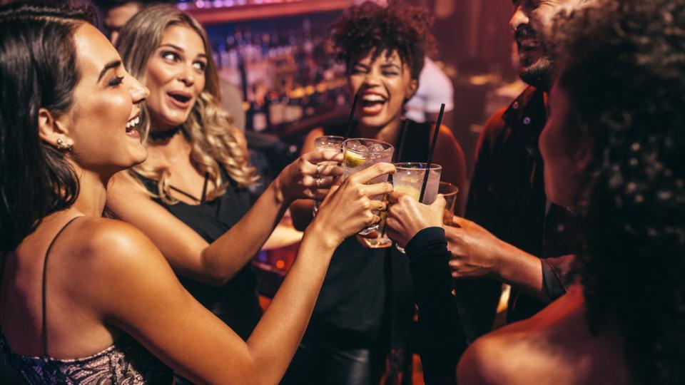 парти купон приятели питие коктейл алкохол