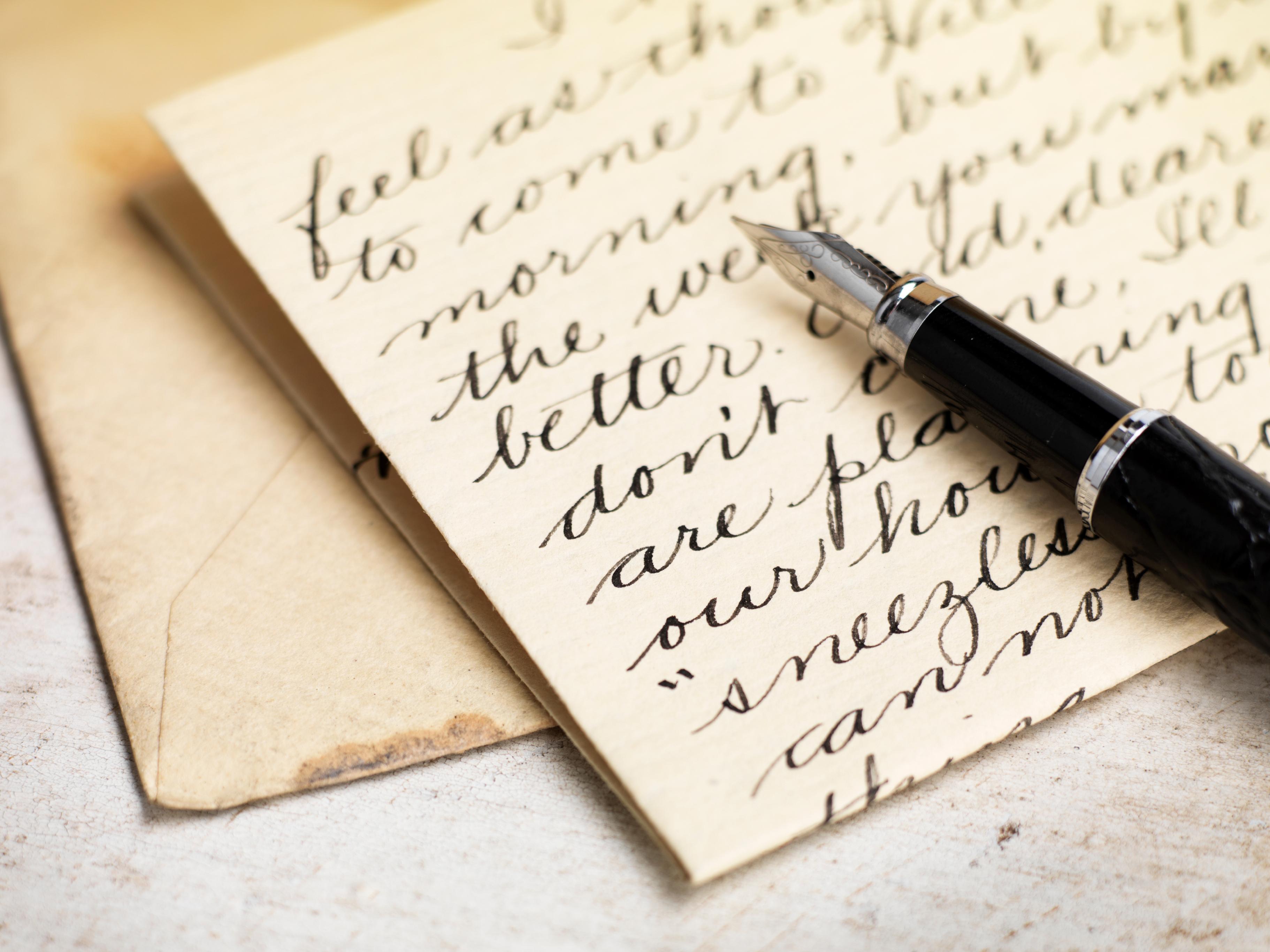 <p>Ето и една норвежка традиция за Деня на влюбените, датираща от 18 век. Тайните обожатели пишат поеми на своите любими, след това изрязват различни фигурки в хартията и слагат вътре кокиче. За финал влюбените се подписват с по една точка за всяка буква от името си. Ако отсрещната страна разгадае от кого е писмото, тя печели великденско яйце за Великден от обожателя си, а ако не&hellip; тя трябва да подари яйце.</p>