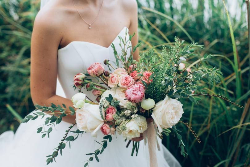 <p><strong>Флорална женственост</strong></p>  <p>Никога няма да се уморим от флоралните мотиви в модата, така че залагаме на меки, пастелни, пролетни модели. Цветните щампи е добре да са със сезонен фокус: когато става въпрос за лятна сватба, изберете по-смели и ярки цветове. За есента или зимата изберете по-студени тонове.</p>