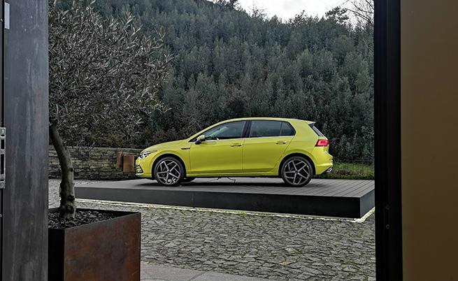 Travel Assist се внедрява за пръв път в модел на VW от компактния клас. Това осигурява второ ниво на автономност на Golf, което ще рече, че на магистрала моделът може да се движи с до 210 км/ч без да трябва да завивате, ускорявате и спирате.