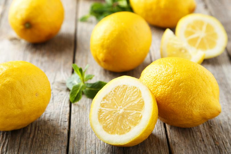 <p><strong>Премахване на мазни петна с лимон</strong></p>  <p>Мазна плака върху кухненски съдове? Мазни петна върху плота за готвене? Ако вашата кухня е жертва на прекалено готвене, опитайте се да отстраните мазните петна с&nbsp;помощта на половин лимон, преди да прибегнете до токсични почистващи препарати. Изсипете малко сол (за абразия) върху половин лимон и разтрийте върху мазното петно, след което избършете повърхността със суха кърпа. Внимавайте с мраморните повърхности или други чувствителни към киселина.</p>