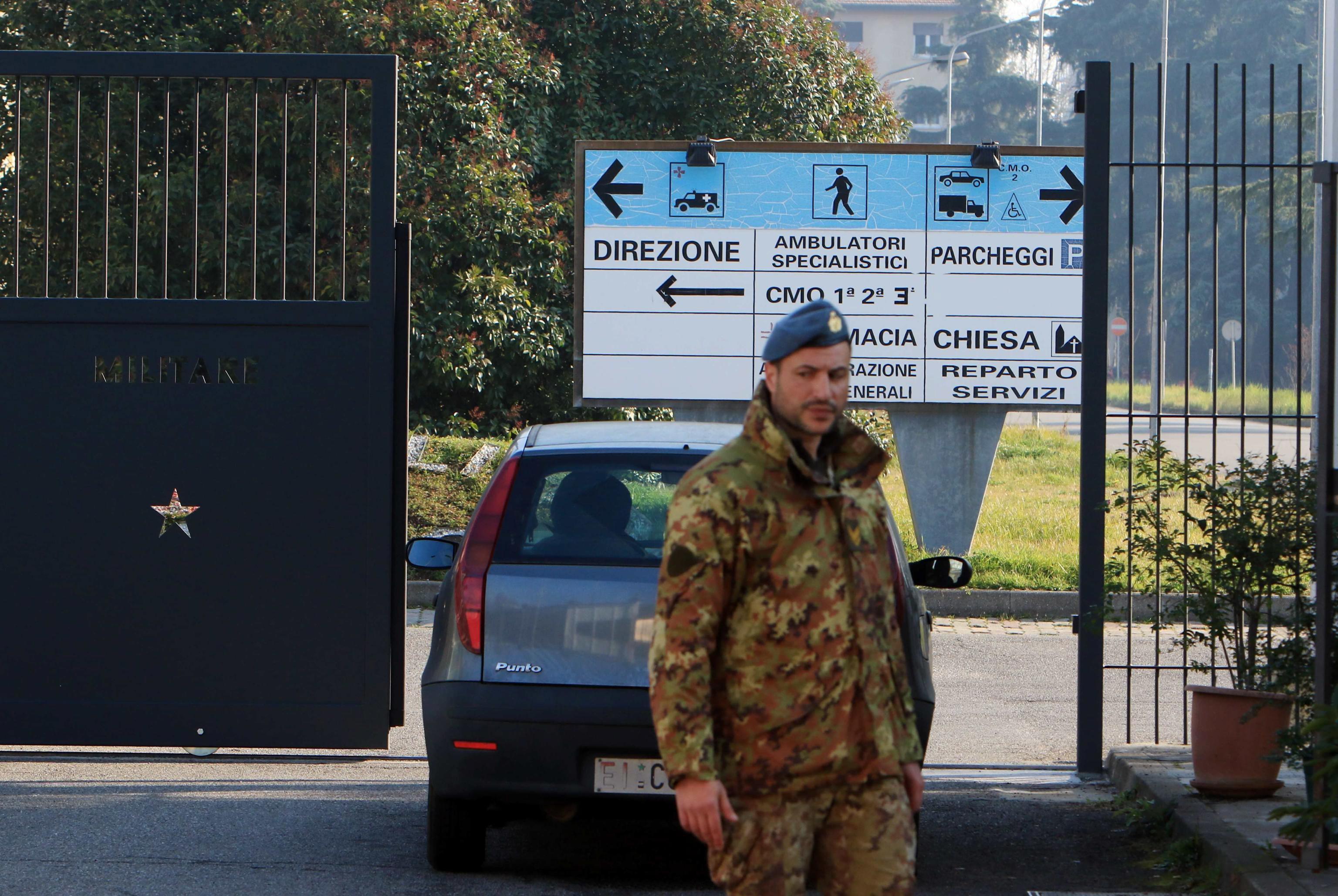 <p>Входът на казарма Annibaldi в Милано. Военният болничен център е едно от съоръженията, избрано от Министерството на отбраната за престой на заразените в района на Лодиджано</p>