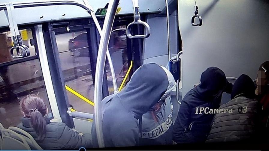 Ето ги хулиганите, съблекли момче в столичен автобус