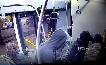 Показаха хулиганите, съблекли и ограбили момчето с фланелка на ЦСКА