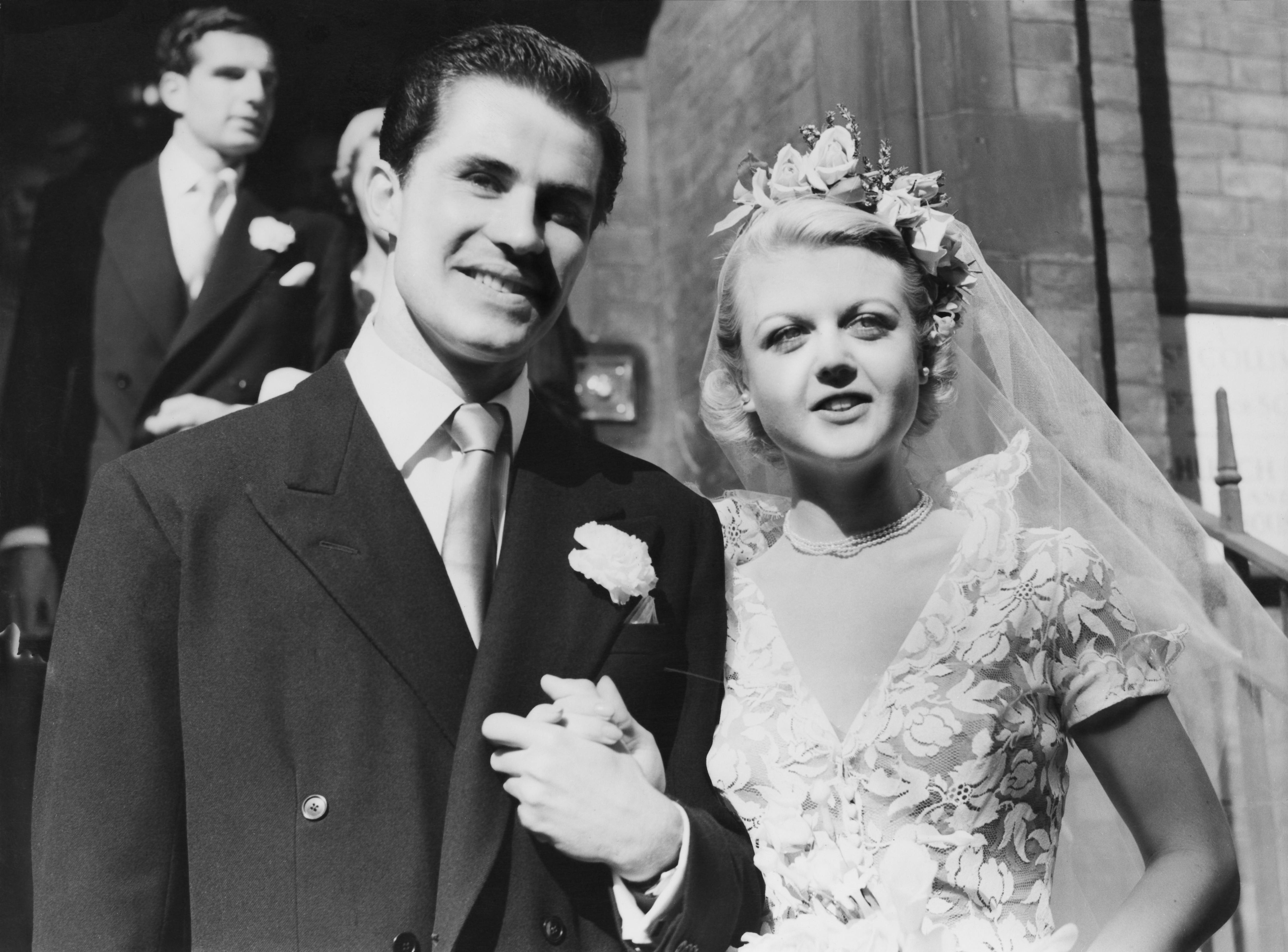 <p><strong>Анджела Лансбъри</strong></p>  <p>Родената в Англия актриса&nbsp;се среща с втория си и последен съпруг Питър Шоу на парти през 1946 г. Двамата се женят на 12 август 1949 г. Имат две деца и остават заедно до смъртта на Шоу през 2003 г., което ги прави една от най-дълготрайните двойки в историята на Холивуд.</p>