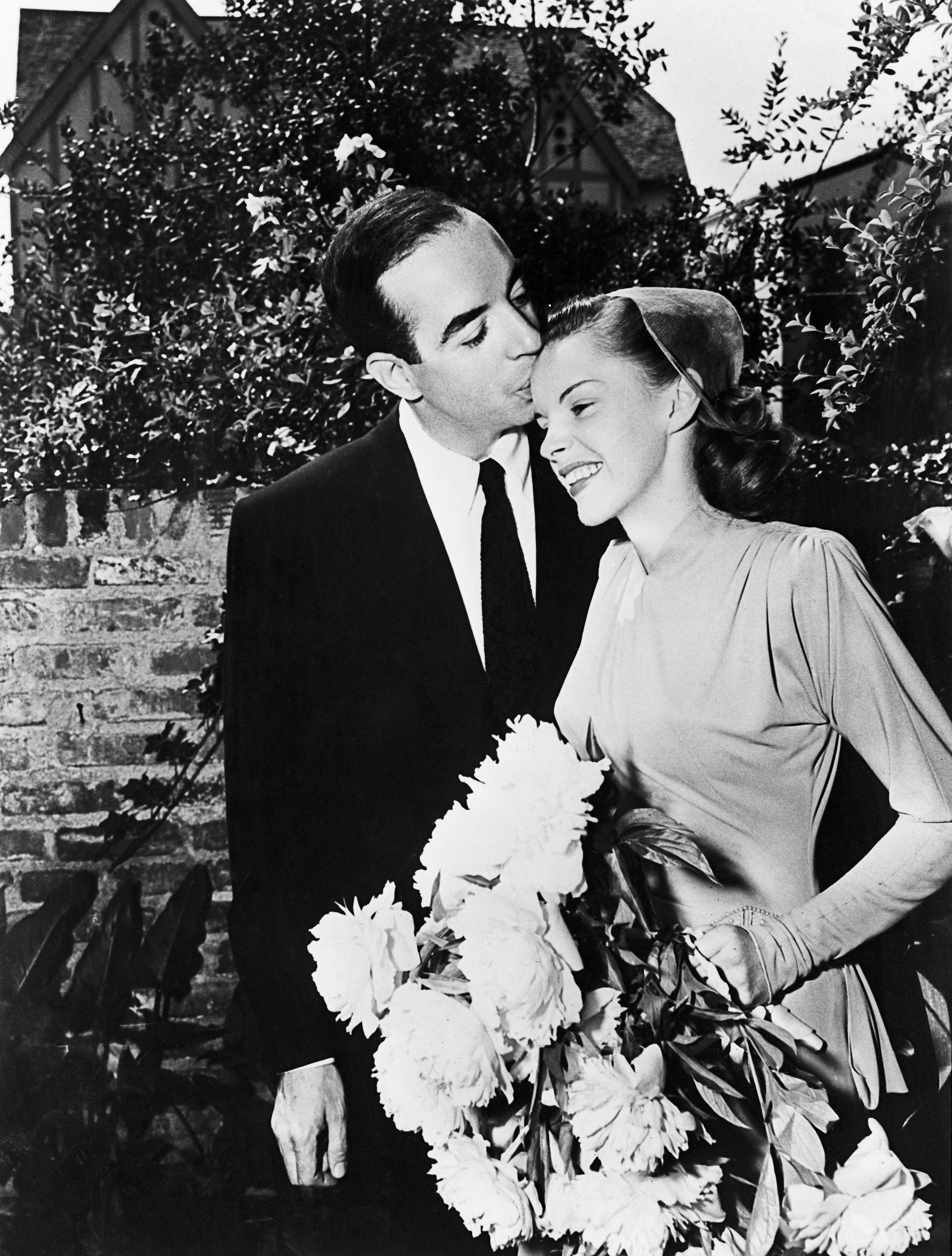<p><strong>Джуди Гарланд</strong></p>  <p>Винсънт Минели е режисьор на филма &bdquo;Да се срещнем в Сейнт Луис&ldquo; - един от най-известните филми на Джуди Гарланд. По-късно двамата се женят - на 15 юни 1945 г., точно след 23-ия рожден ден на актрисата. От брака си имат една дъщеря - Лайза Минели. През 1951 г. се развеждат.</p>