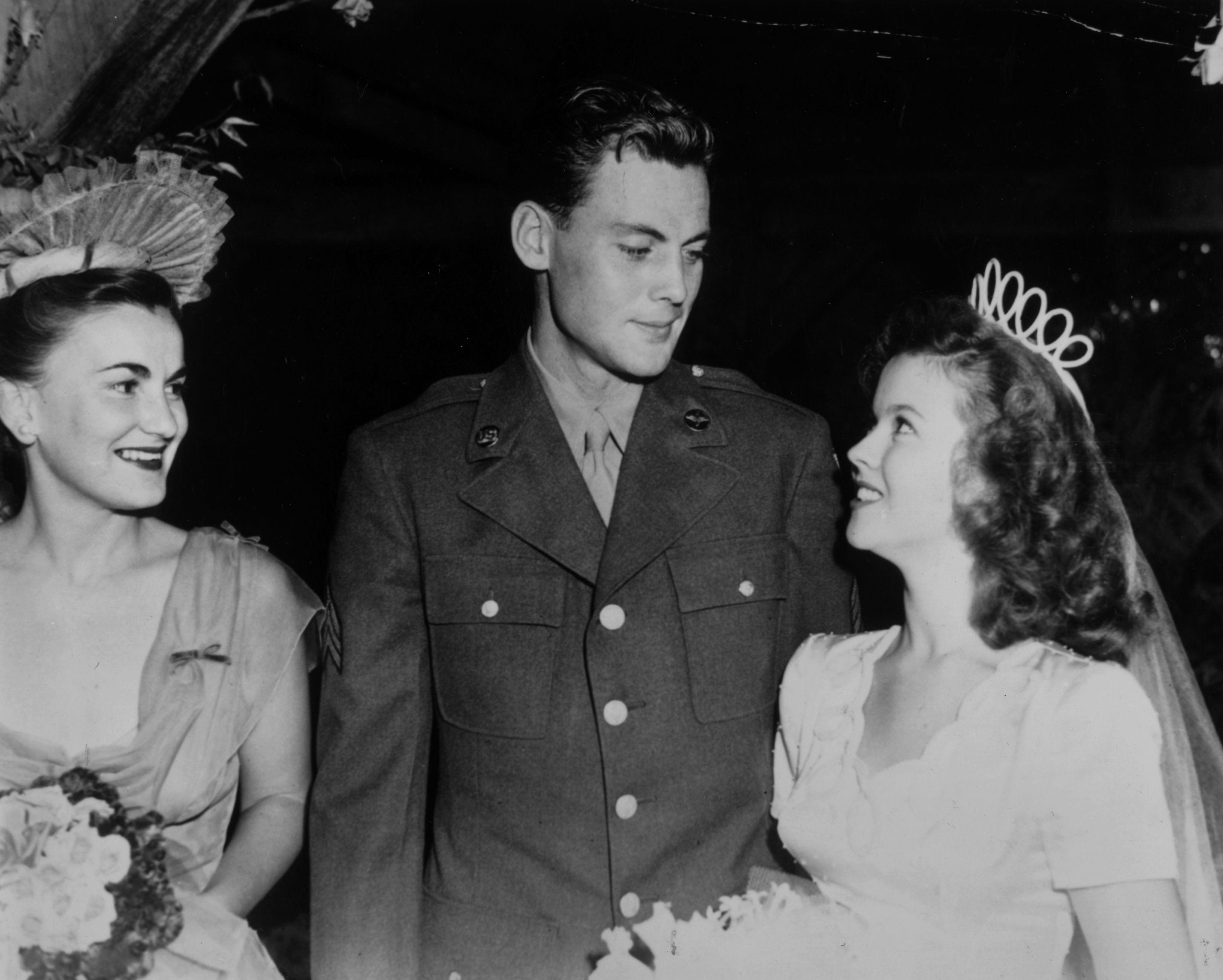 <p><strong>Шърли Темпъл</strong></p>  <p>На 19 септември 1945 г. 17-годишната Шърли Темпъл се омъжва за сержант Джон Ейгър. Те се разведат пет години по-късно и Темпъл се жени повторно.</p>