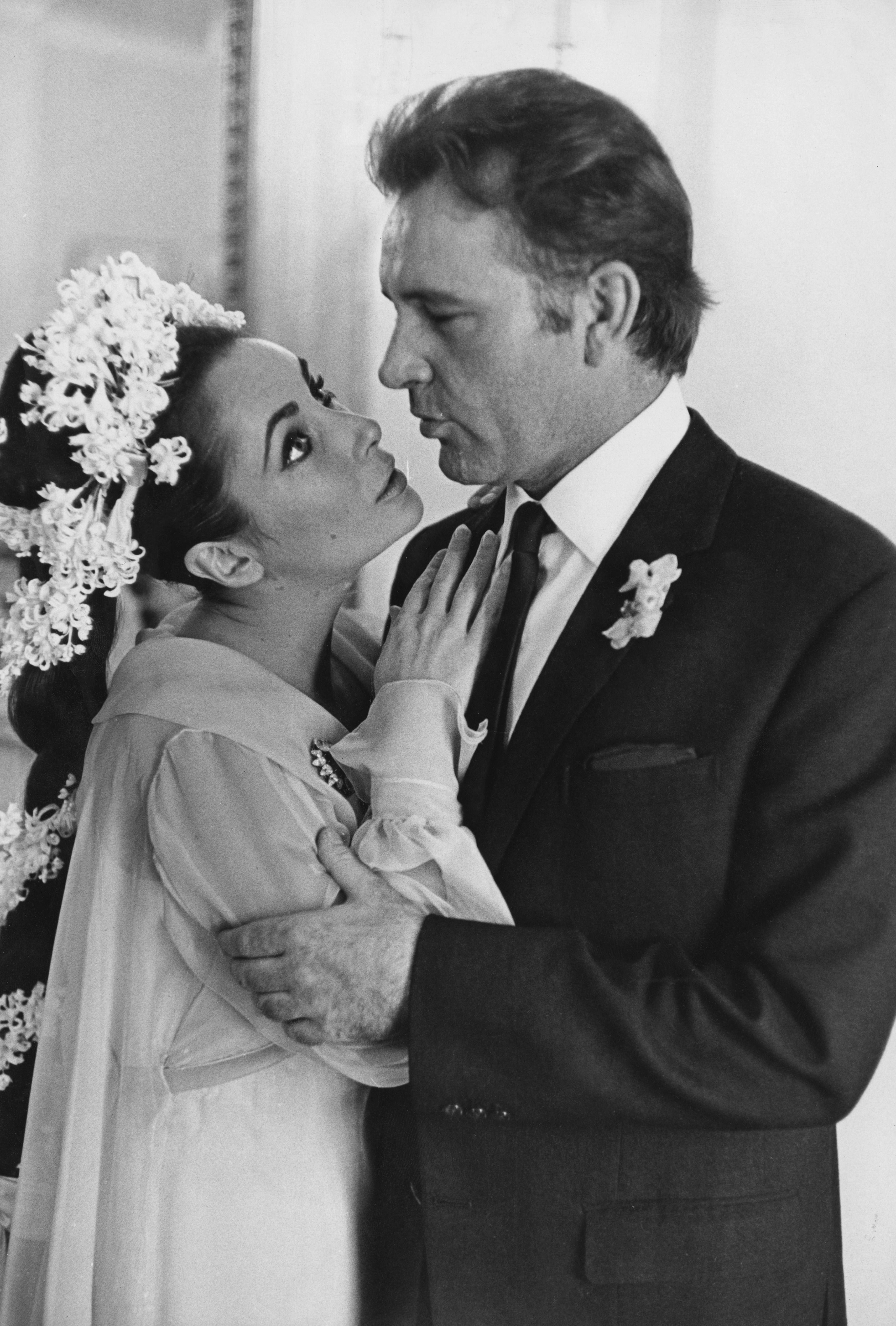 <p><strong>Елизабет Тейлър</strong>&nbsp;- Тя&nbsp;се среща с Ричард Бъртън на снимачната площадка на филма &quot;Клеопатра&quot;. Двамата се женят на 15 март 1964 г. Влюбените звезди снимат 11 филма заедно, преди да се разведат през юни 1974 г. Но историята им не приключва дотук, защото те се женят отново през октомври 1975 г. в Ботсвана. Вторият развод идва през юли 1976 г.</p>