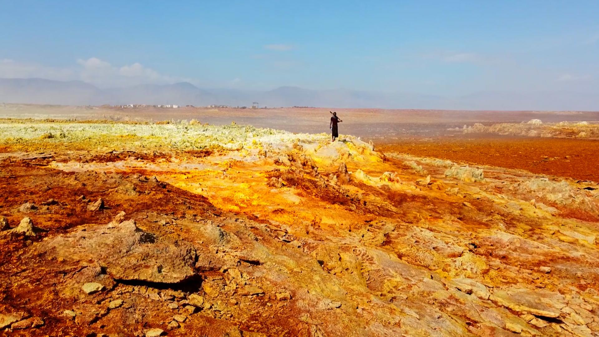 Далол е разположен в района Афар в северната част на Етиопия близо до границата с Еритрея - и е най-горещото населено място на Земята. Температурите варират от 25 до над 50° С.