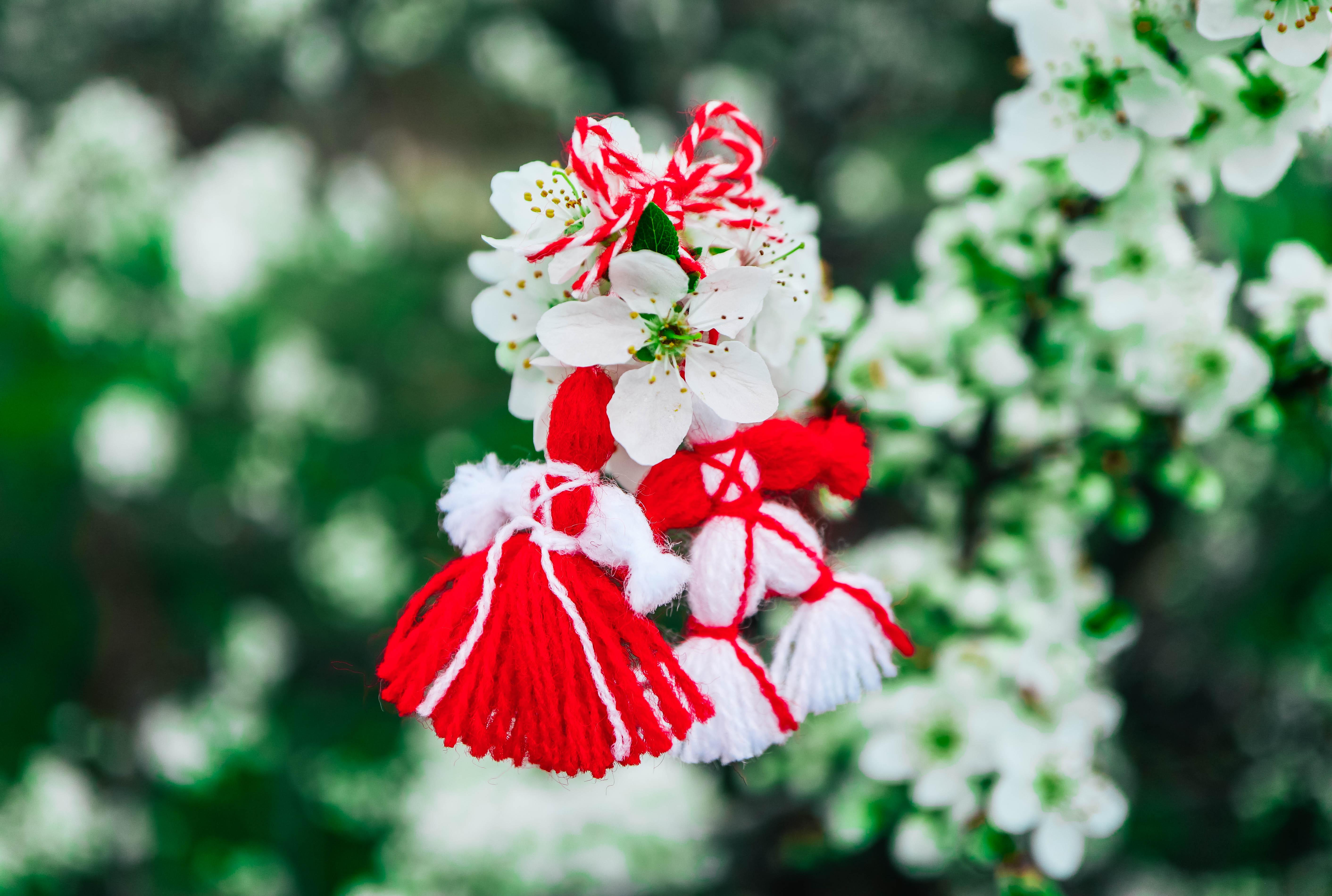 <p>На 1 март отбелязваме Баба Марта. Баба Марта е един от най-тачените български обичаи с хилядолетна традиция. На този празник всеки подарява на близките си специален амулет, наречен мартеница, за здраве и сила през следващата година.</p>