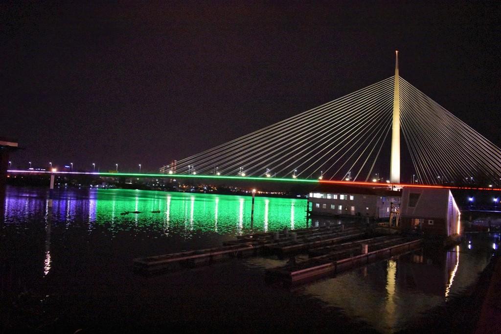 <p>На река Сава Бранков мост и Мостът на Ада, както и сградата &bdquo;Палата Албания&rdquo; на най-оживената пешеходна улица и търговска зона на града &bdquo;Кнез Михайлова&rdquo; бяха осветени в цветовете на българското знаме</p>