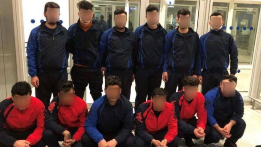 <p>&quot;Български отбор&quot; мигранти на летището в Атина</p>