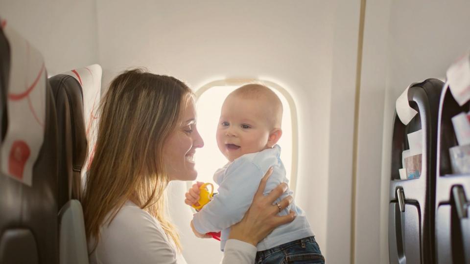 дете пътуване самолет