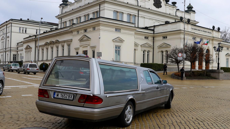 <p>Погребалните фирми протестираха срещу промени в регулацията на гробищата с автошествието на 40 катафалки от Централни гробища до Столичната община и Народното събрание</p>