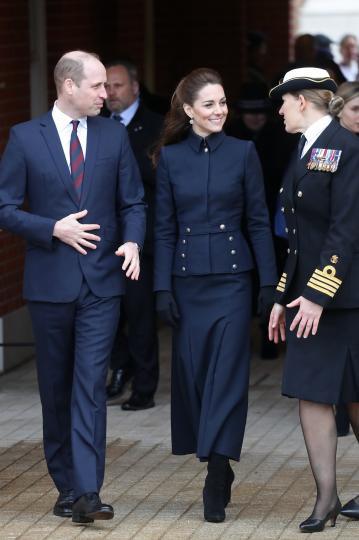<p>Когато през февруари 2020 г. заедно с принц Уилям, принц Чарлз и херцогинята на Корнуол - Камила, посещават медицински център за рехабилитация на военнослужещи, Кейт залага на връхна дреха Alexander McQueen ($1532), вдъхновена от военноморските униформи. Нея съчетава с пола в същия цвят, черни велурени ботуши Ralph Lauren и дамска чантичка Wicca Mini Satchel ($1245), отново от Alexander McQueen.</p>