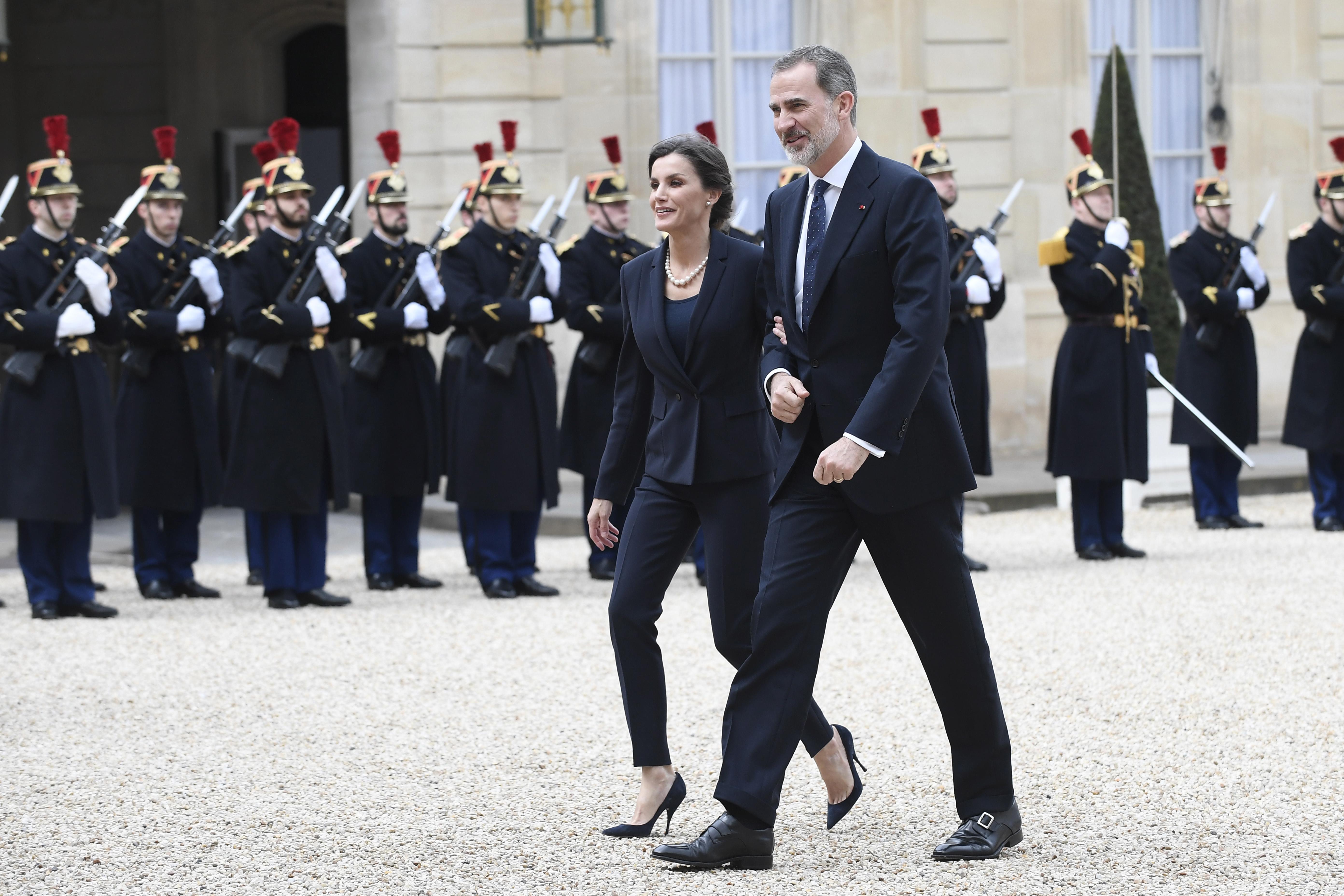 <p>Съпругите на френския президент и испанския крал също присъстваха.&nbsp;Двете дами се придържаха към строго елегантната визия, подходяща за подобно събитие.&nbsp;</p>