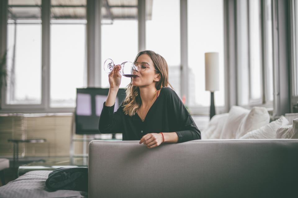 жена диван вино