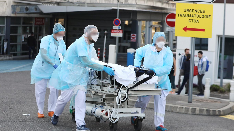 <p>&quot;От тази сутрин започнахме масирани проверки на хората, които са навън и 4 095 души бяха глобени (за нарушаване на правилата)&quot;, каза министърът на вътрешните работи Кристоф Кастанер пред телевизия TF1.</p>