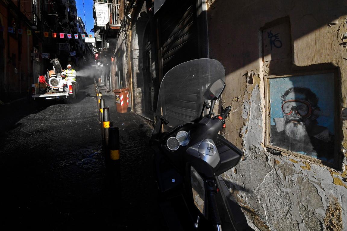 <p>Санитарна операция по улиците на Quartieri Spagnoli (Испанските квартали), Неапол, за да се предотврати опасността от заразяване и разпространение на коронавирус Covid-19, в Неапол, Италия</p>
