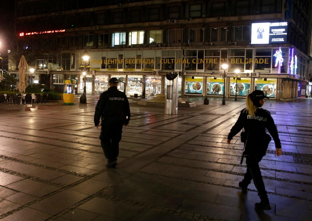<p>Тя отбеляза, че шофьорите на камиони преминават през всички контроли, а тези, които преминават през Сърбия, имат 12 часа да напуснат страната, а сръбските шофьори преминават в изолация до следващото пътуване, веднага щом разтоварят камиона. Михайлович също така отбеляза, че има огромна опашка на границите, що се отнася до пътническия трафик, въпреки забраната за чужди граждани да влизат в Сърбия</p>