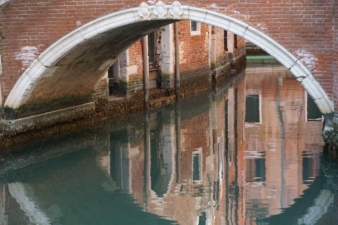 <p>Със затварянето на хотели, ресторанти, кафенета и наложените ограничения за карнавала във Венеция заради коронавируса туристите напуснаха града.</p>