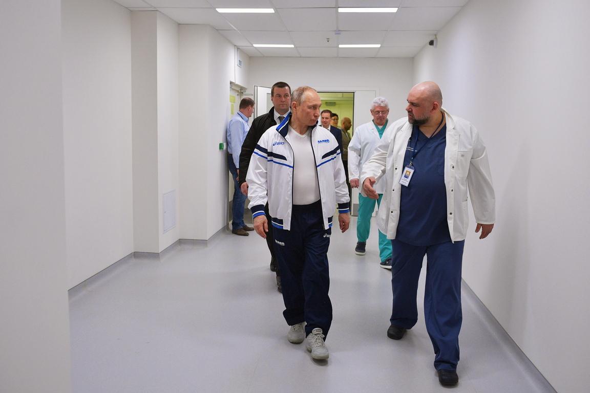 Руският президент Владимир Путин днес посети болницата в московския район Комунарка, в която се лекуват пациенти с коронавирус.