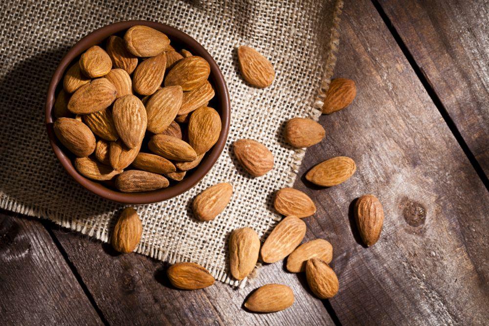 <p><strong>Бадеми</strong></p>  <p>Едни от най-предпочитаните ядки, заради вкуса и възможността добре да се съхраняват. Ценят се заради съдържанието на протеини в превъзходно биологично качество, калий, калций, желязо, магнезий и фосфор, както и витамин E. Включват ги в диети за предпазване на сърцето (самите бадеми наподобяват сърце). Помагат при малокръвие, нарушения в зрението, хипертония. Намаляват риска от атерсклероза и депресия.</p>  <p>Бадемовото мляко е лесно за храносмилане и не причинява стомашно-чревни ферментации.&nbsp;Поради това се препоръчва на кърмачки и малки деца.&nbsp;Полезни обаче, са само сладките видове бадеми &ndash; горчивите съдържат големи количества ефирни масла, които могат да нанесат вреда на здравето.</p>