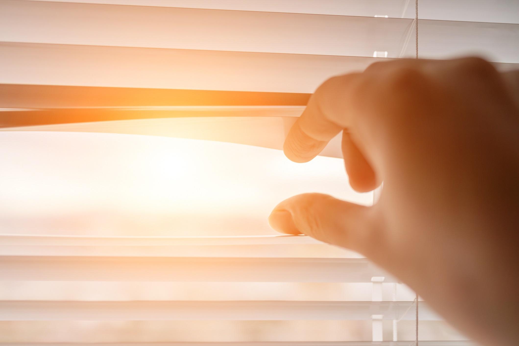 <p><strong>Държите щорите или завесите затворени</strong></p>  <p>Разбира се ние трябва да сме физически изолирани, но не е настъпил зомби апокалипсис и не е нужно да заковавате прозорците. Слънчевата светлина е важна за вашето физическо и психическо благополучие и повишава серотонина, хормона на щастието.</p>