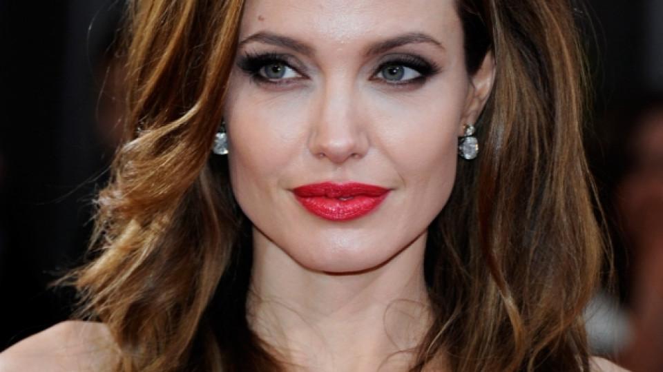 """Анджелина Джоли по време на миналогодишната церемония за раздавaнето на наградите """"Оскар"""", Лос Анджелис, 26 февруари 2012 г."""