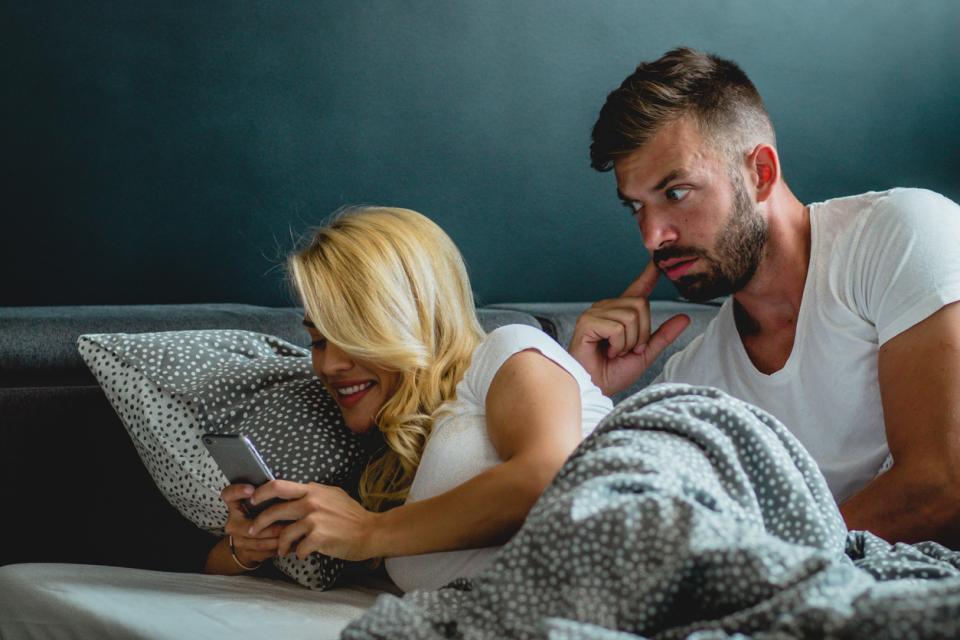 мъж жена двойка легло ревност телефон
