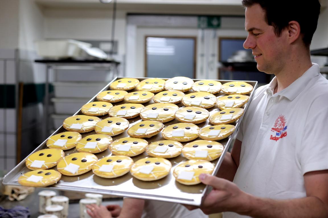 <p>Пекарна в Дортмунд видя това като шанс да пекат сладкиши, които приличат на тоалетна хартия, бисквити с маски и сега произвеждат до 1000 торти на ден.</p>