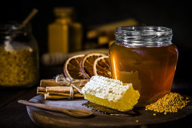 <p><strong>Мед</strong></p>  <p>Медът е един от най-старите природни антибиотици, датиращ от древни времена. Египтяните често използвали меда като естествен антибиотик и защитно средство. Медът съдържа водороден прекис &ndash; източник, който може да обясни някои от неговите антибактериални свойства. За да използвате меда като антибиотик, нанесете го директно върху раната или проблемното място. Една супена лъжица сутрин в топъл чай помага превантивно и лекува вътрешни инфекции.</p>