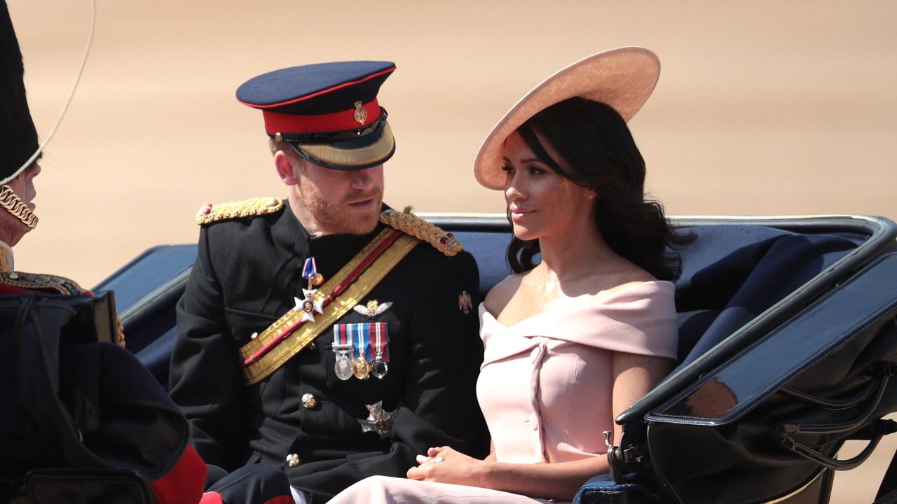 <p>За първия си кралски парад Trooping the Color Маркъл избра розова рокля Carolina Herrera съчетана с шапка от&nbsp; Philip Tracy.</p>