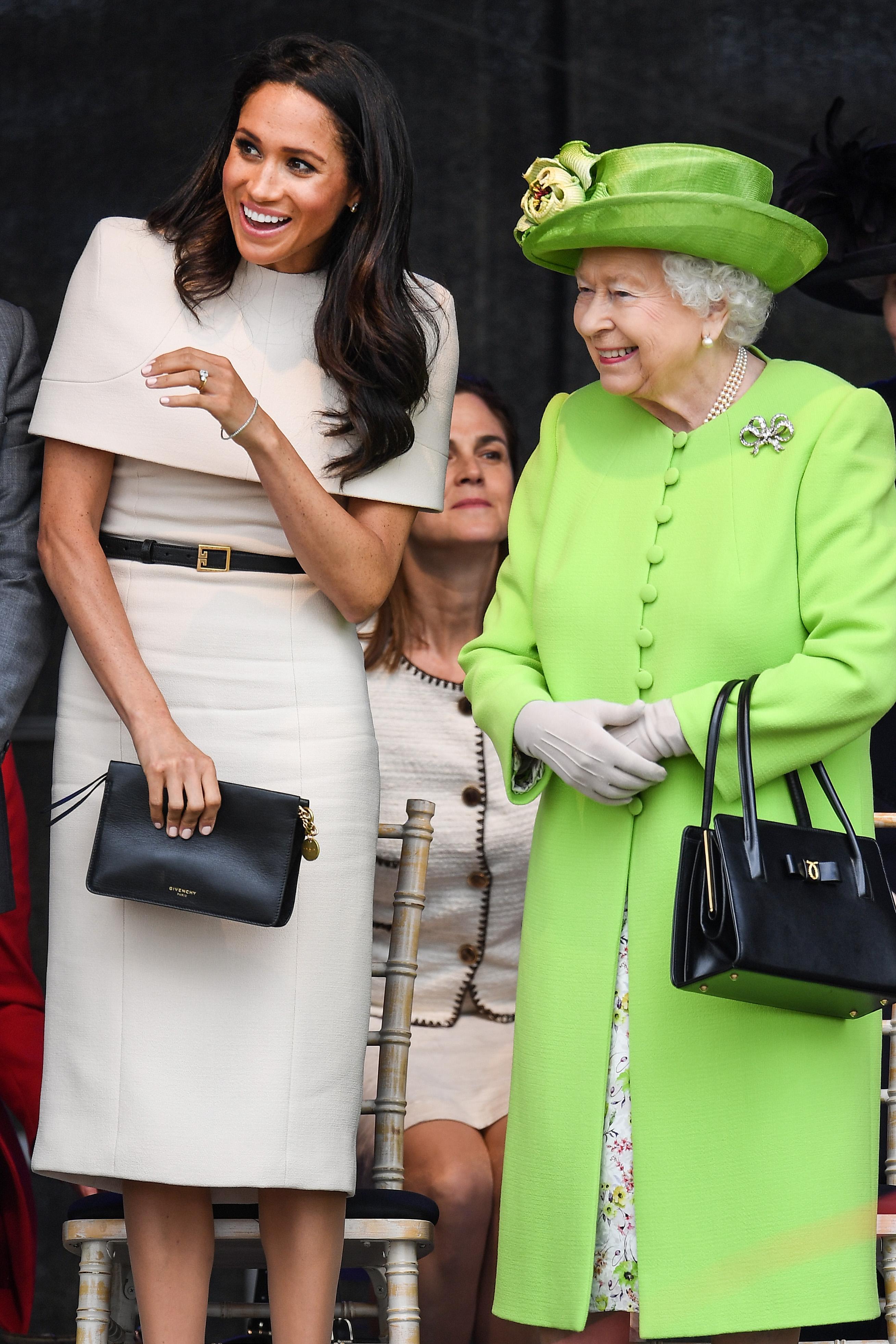 <p>Меган заложи на доверения си дизайнер - Givenchy, за първия си официален кралски излет с кралица Елизабет II през юни 2018 г.</p>
