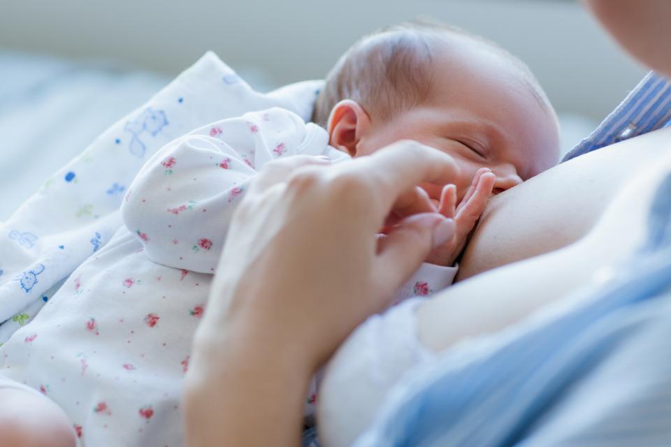 бебе новородено кърмене кърма мляко хранене майка