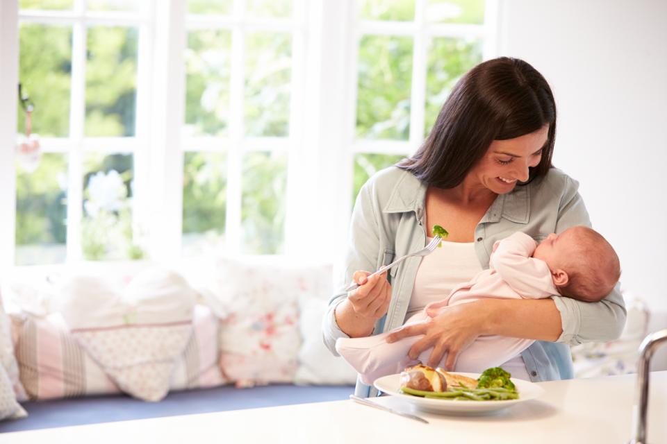 майка бебе хранене здравословно