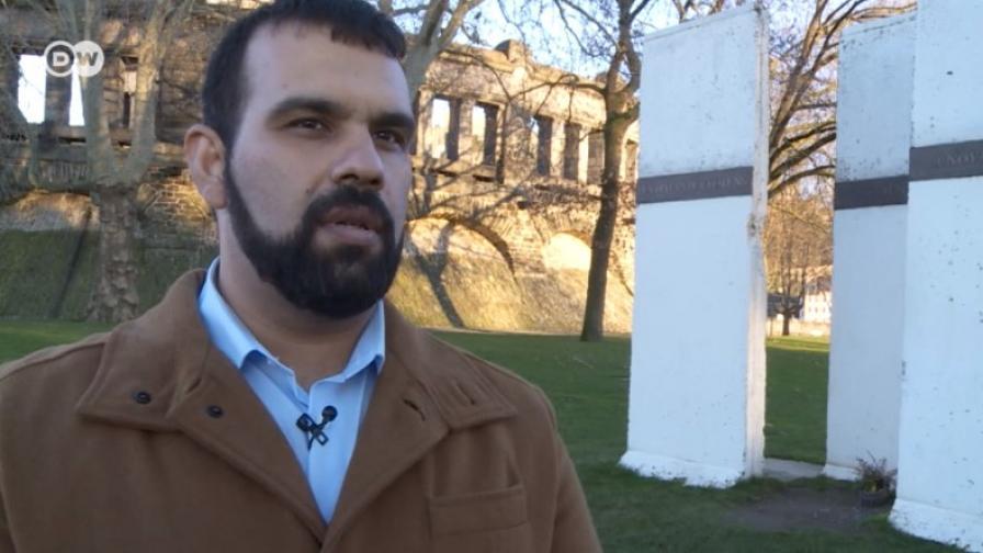 Той е български ром. И преподава български език в Кобленц