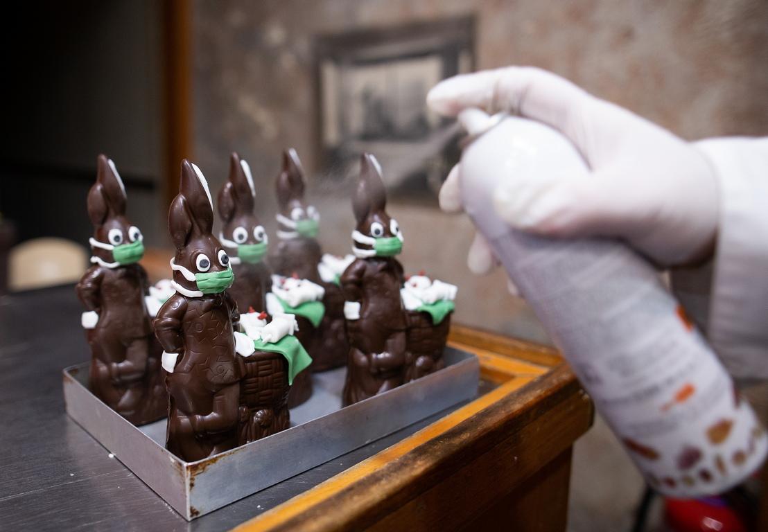 <p>Създаването на шоколадовите великденски зайчета е направено от сладкаря Мариос Пападопулос в собствената му сладкарница, по време на продължаващата пандемия на коронавирус в Гърция</p>