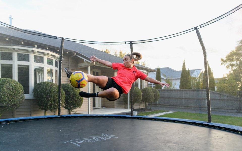 Футболистката от националния отбор на Нова Зеландия Анали Лонго тренира