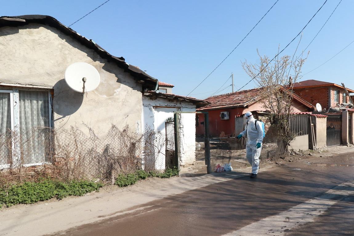 <p>Служители от Столична община дезинфекцират спирки, улици и дворове в квартал &quot;Факултета&quot;.</p>