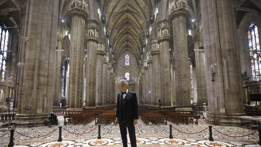<p>Андреа Бочели пя в празната Миланска катедрала&nbsp;</p>