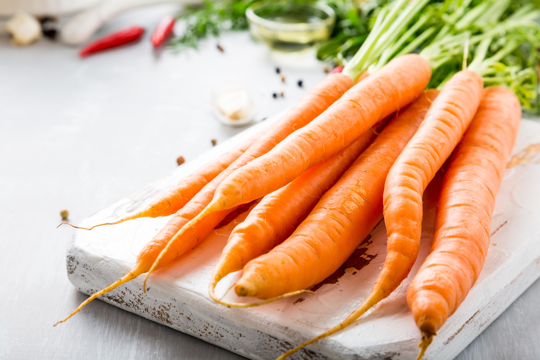 <p><strong>Морков</strong></p>  <p>Както и другите зеленчуци и плодове с оранжев или червен цвят, морковът е крайно наситен с бетакаротин &ndash; натурален пигмент, който в процеса на храносмилането се превръща във витамин А. Този витамин на свой ред е мощно оръжие срещу свободните радикали, които всекидневно увреждат клетките на организма. За да не губи от живителната си сила, а така също да не се лишава от важни минерални вещества, които се борят със стреса и умората, морковът е добре да не се вари, а да се готви на пара, да се пече или да се употребява суров за салата.</p>
