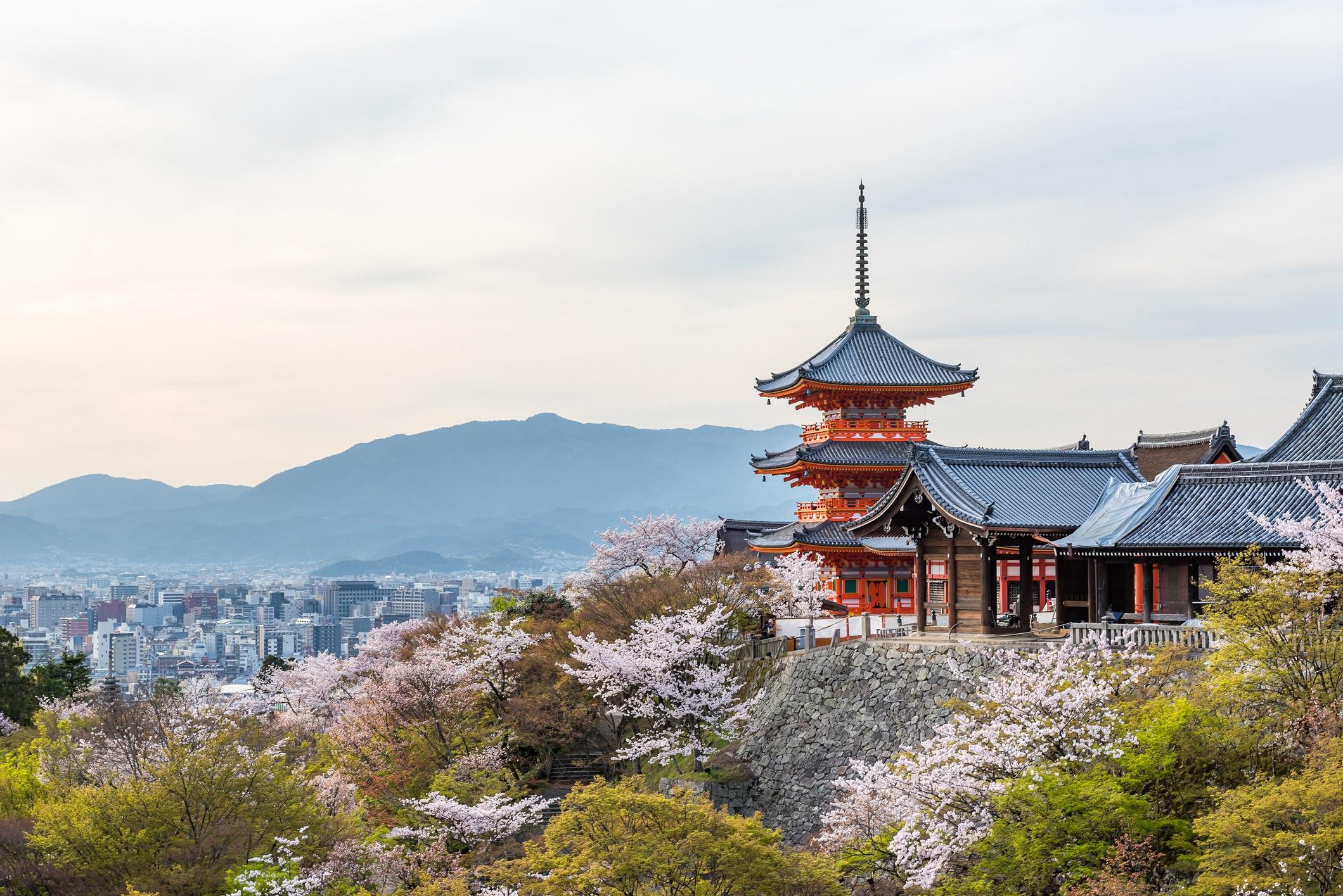 <p><strong>Киото, Япония</strong></p>  <p>Усещане за миналото прониква в този легендарен японски метрополис. Един от най-добре запазените древни градове в страната, пътуване до Киото ще ви запознае със стотици години японска история и пейзаж. Пътуващите несъмнено ще намерят спокойствие и красота в многостепенния, червен замък на Ниджо и в изкуствено изваяните сухи пейзажи на градините.</p>