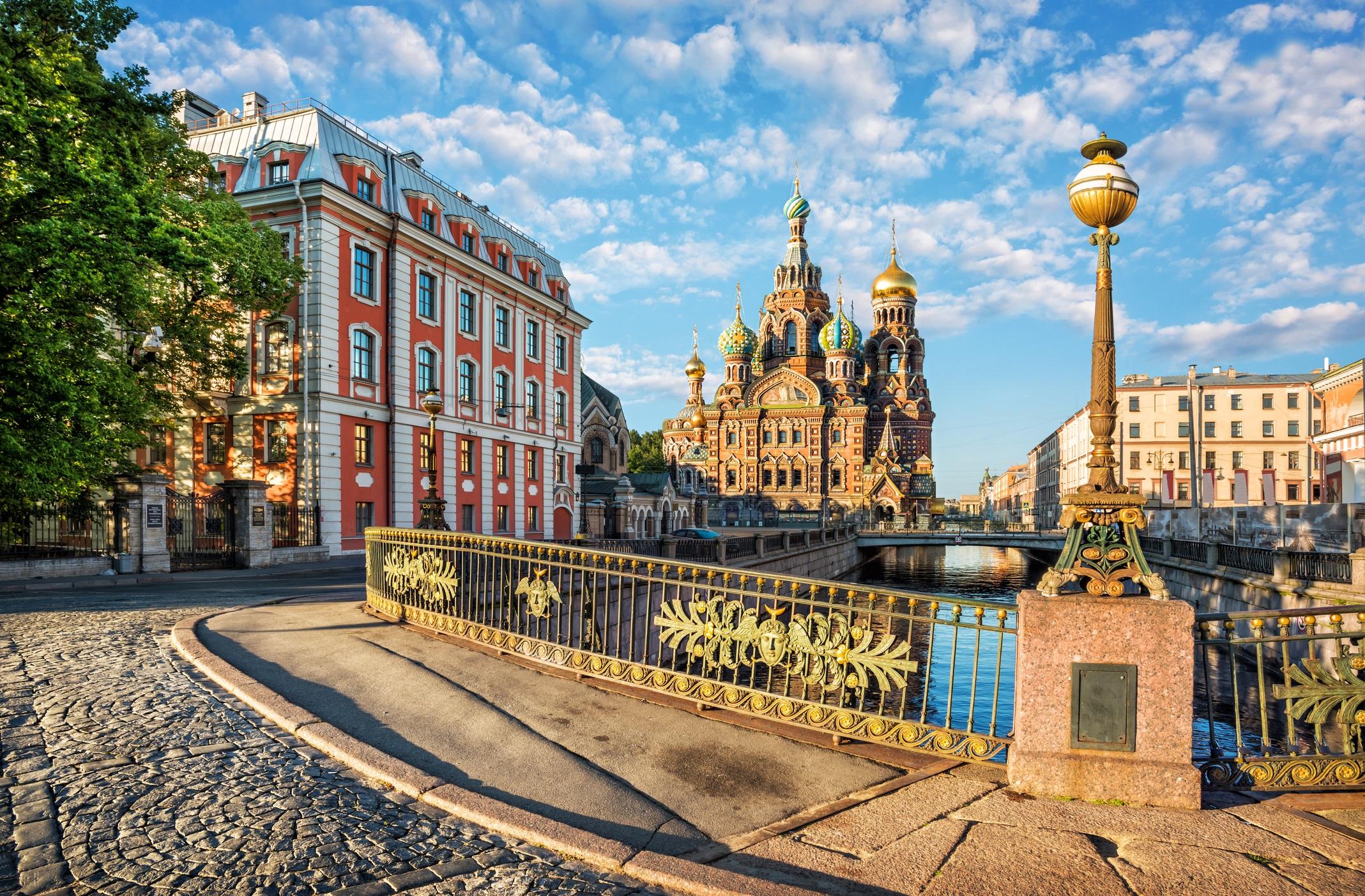 <p><strong>Санкт Петербург, Русия</strong></p>  <p>Преди да бъде построен, на мястото на Санкт Петербург е имало блата. От тези скромни основи Петър Велики издига руски град, по нищо не отстъпващ на бароковите и ренесансови крепости в Западна Европа. Градът често е наричан руският Париж.</p>