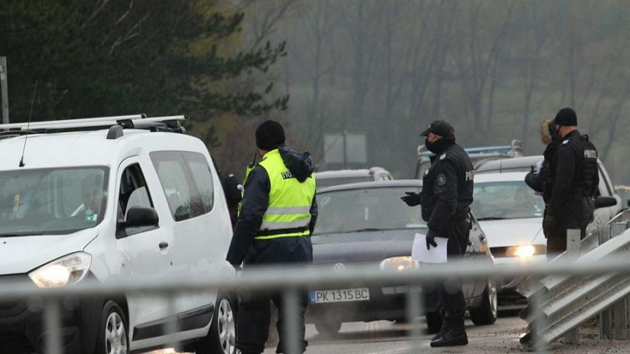 Забраняват влизането у нас на лица и превозни средства от Турция
