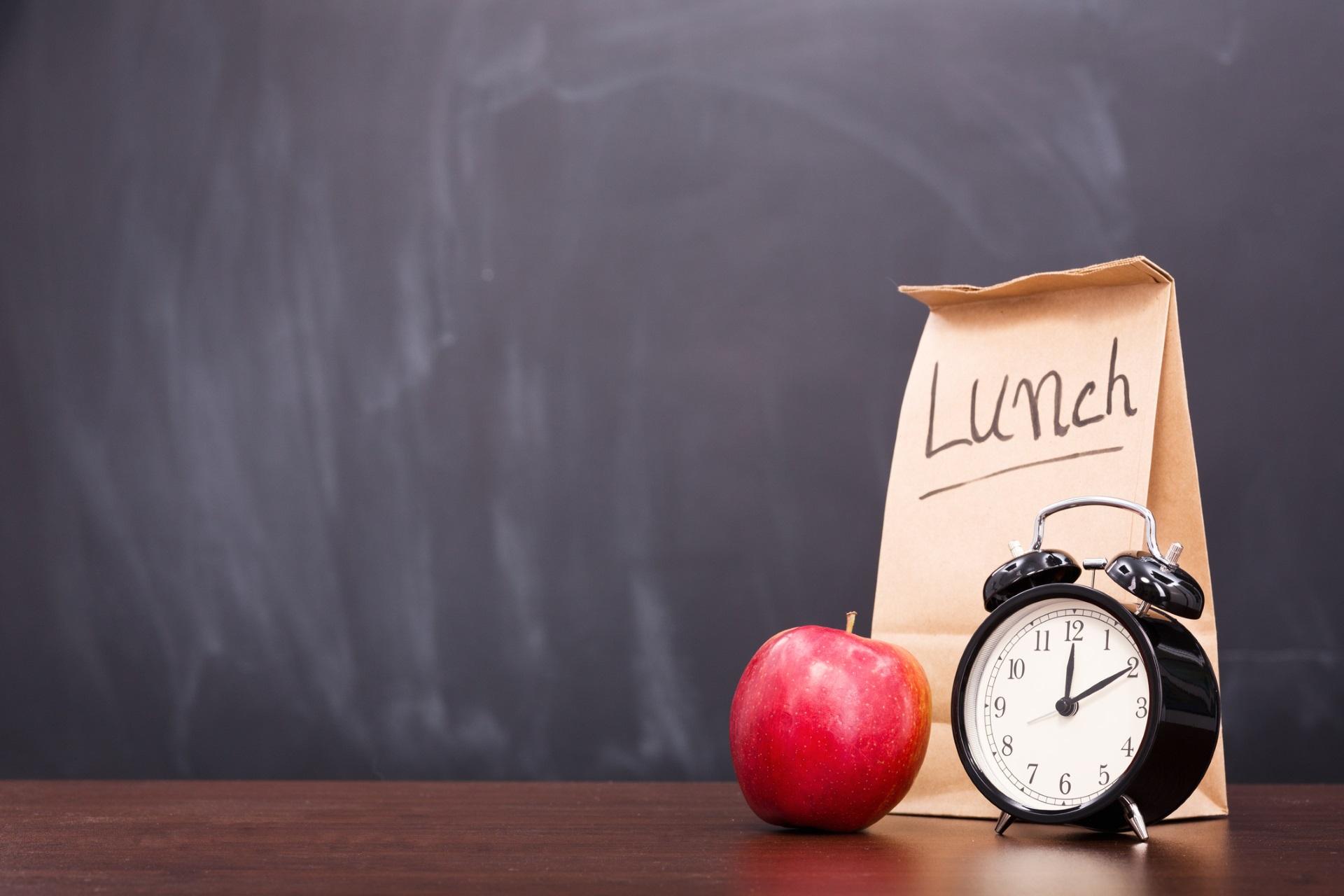 <p><strong>Обядвайте в правилното време</strong></p>  <p>Работата може да ви погълне, но навийте аларма на телефона си и обядвайте преди 15 ч. Проучване установява, че затлъстелите жени, които ядат обяда си след 15 ч. губят 25% по-малко тегло от тези, които обядват по-рано.</p>