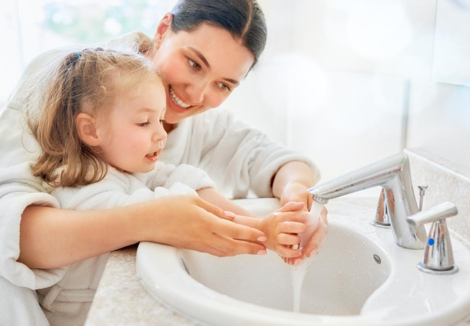 майка дъщеря дете миене ръце