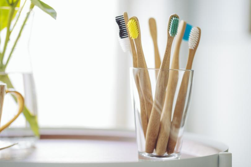 <p><strong>Бамбукови четки за зъби</strong></p>  <p>На същата цена са като пластмасовите, но няма да плуват в морето през следващите векове.</p>