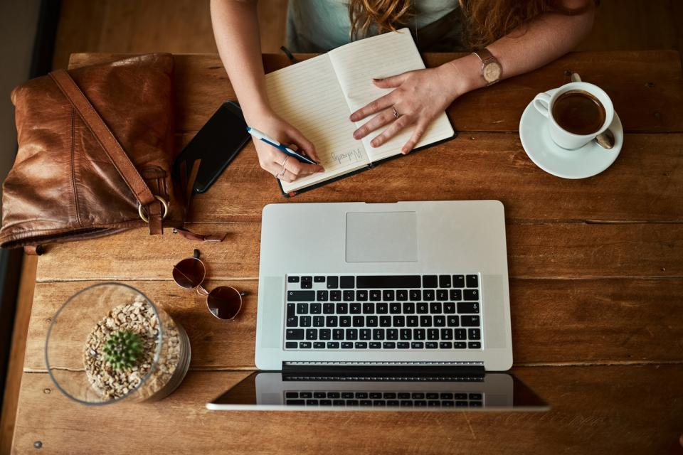 жена кафене писане лаптоп кафе